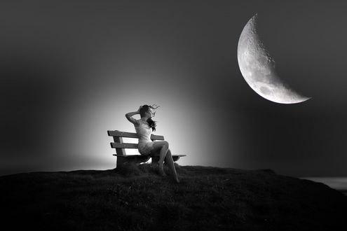 Обои Девушка сидит на лавочке на фоне ночного неба с луной, фотограф nikos Bantouvakis