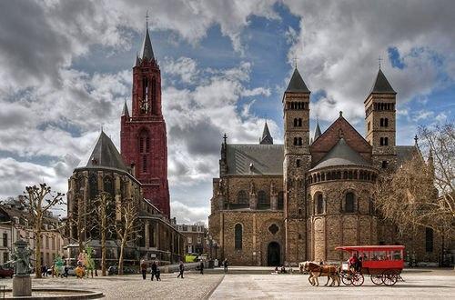 Обои Basilica of Saint Servatius / Базилика святого Серватия — базилика в Маастрихте, старейшая церковь Нидерландов / Netherlands