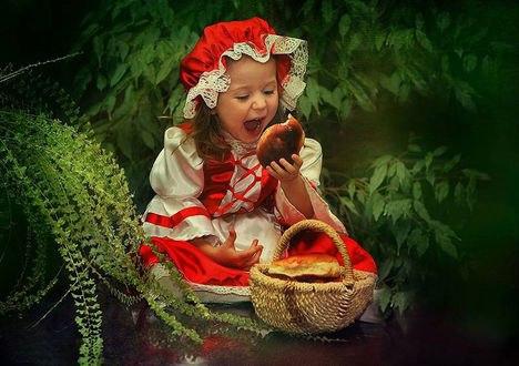 Обои Красная шапочка ест пирожок из корзинки в лесу
