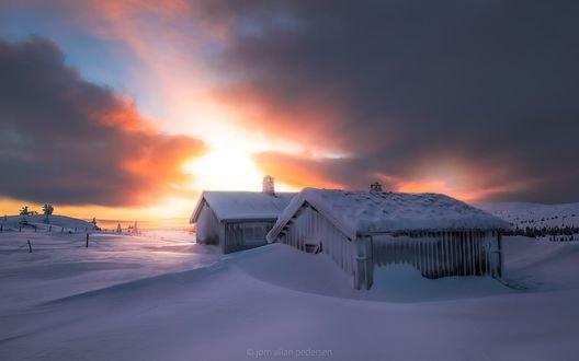 Обои Домики засыпаны снегом в утренние часы, фотограф Jоrn Allan Pedersen