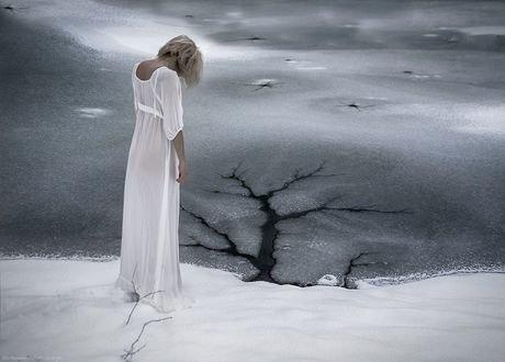 Обои Девушка в белом длинном платье стоит на снегу, фотограф Ingo Kremmel