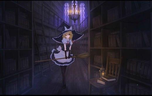 Обои Marisa Kirisame / Мариса Кирисаме стоит с метлой в библиотеке, из серии компьютерных игр Touhou Project / Проект «Восток»