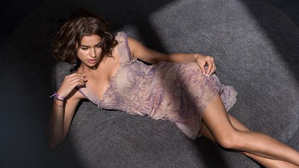 Обои Известная модель Irina Sheik / Ирина Шейк позирует лежа на полу