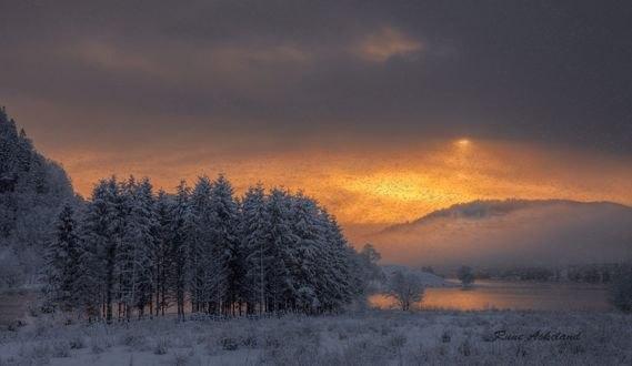 Обои Вечерний снегопад у озера, фотограф Rune Askeland
