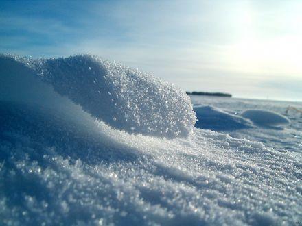 Обои Зимний пейзаж с искрящимися снежинками в лучах солнца