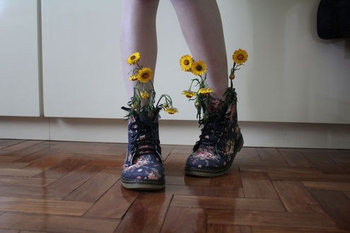 Обои Ножки девушки в ботинках с цветами, фотограф deborah dolla