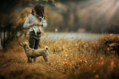 Обои Девочка застегивает рубашку, стоя перед собакой, фотограф Barbara Chikhi
