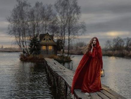 Обои Девушка в длинной красной одежде с капюшоном, с фонарем в руке стоит на мостике, фотограф Ирина Джуль