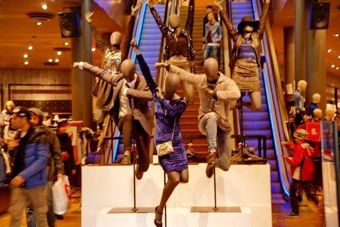 Обои Манекены в одежде летят в торговом центре на фоне эскалатора