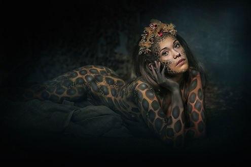 Обои Девушка с рисунком кожи змеи на теле, на лице, украшением на голове лежит, держа голову руками, боди-арт от фотографа Натальи Родионовой