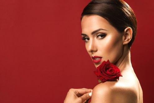 Обои Девушка с красной розой на плече