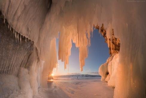 Обои Огромная ледяная пещера на озере Байкал, фотограф Daniel Kordan