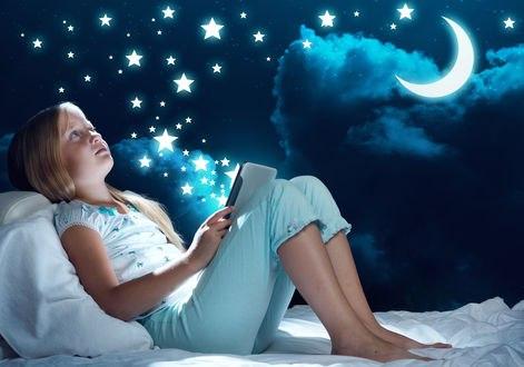 Обои Девочка с книгой в руках на фоне ночного неба