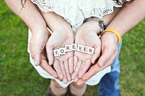 Обои Руки девушки в руках парня с выложенными словами FOREVER / навсегда