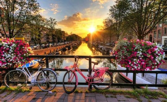 Обои Велосипеды стоят на мостике над городским каналом