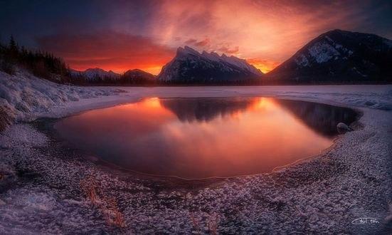 Обои Утреннее солнце отвещает озеро, фотограф Carl Pan