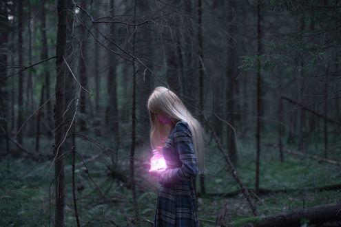 Обои Девушка держит баночку со свечением, фотограф Anastasia Kosh