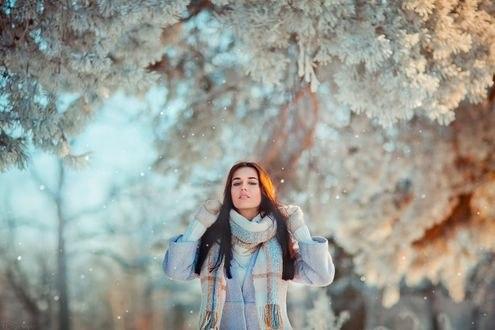 Обои Девушка стоит на фоне зимней природы, by OlgaBoyko