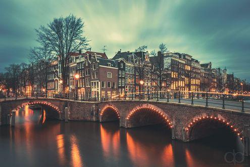 Обои Ночной Amsterdam / Амстердам, мост через канал, фотограф David Pinzer