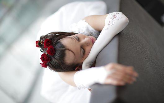 Обои Девушка невеста с закрытыми глазами в печали и с украшениями из роз в волосах