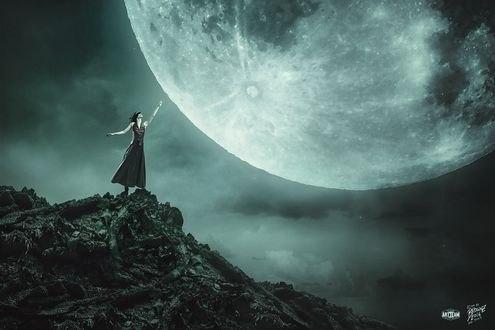 Обои Улыбающаяся девушка, с повязкой на глазах, стоит на краю скалы, протягивая руку к луне, на фоне ночного неба, by Peter Brownz Braunschmid