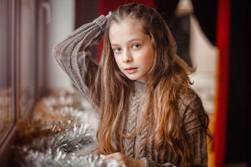 Обои Девочка стоит у окна, фотограф Sergey Piltnik