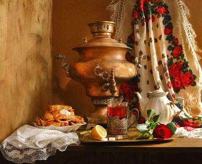 Обои На столе стоит самовар, заварочный чайник, стакан с чаем, тарелка блинов со сметаной, лимон, сахар, лежит роза, ажурная скатерть, на фоне русского платка с кистями