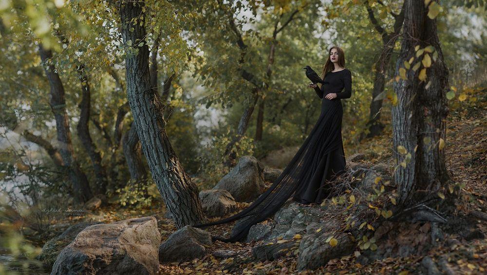 Обои для рабочего стола Девушка с вороном на руке стоит в лесу, фотограф Irina Dzhul