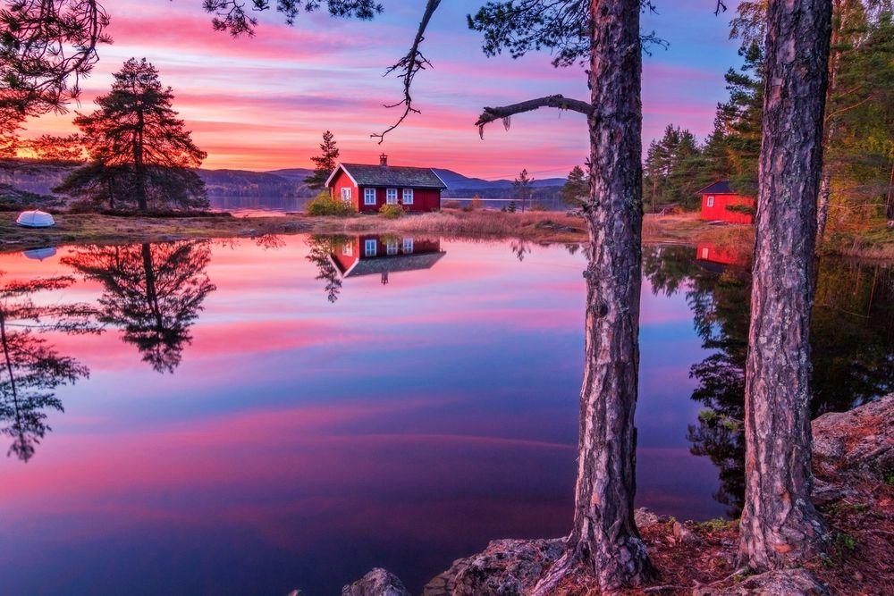 Обои для рабочего стола Рассвет на озере с домиками на берегу, фотограф Daniel Lord