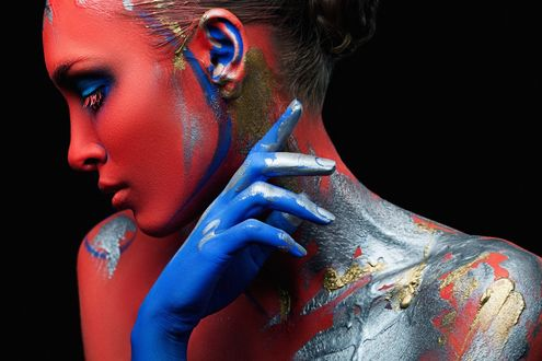 Обои Девушка в красно-голубой окраске, фотограф Александр Буц