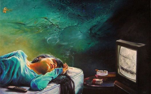 Обои Девушка лежит с сигаретой в руке у столика с включенным телевизором, пачкой сигарет, пепельницей
