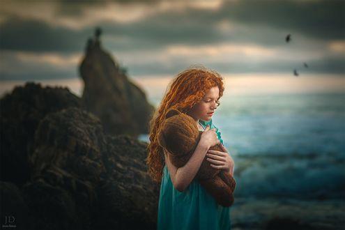 Обои Рыжеволосая девочка с игрушечным мишкой в руках, фотограф Jessica Drossin