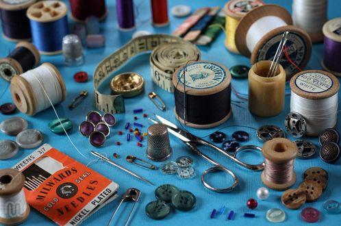 Обои Швейные принадлежности : нитки, пуговицы, иголки и ножницы