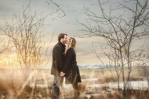 Обои Девушка с парням стоят на фоне природы и целуются, фотограф Jody DAngelo