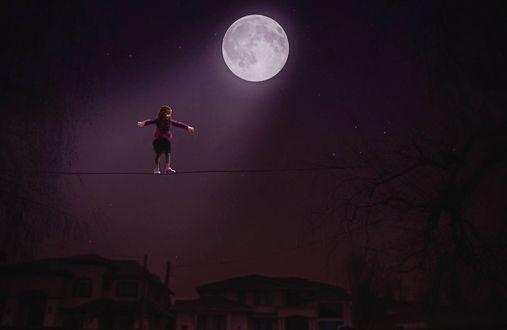 Обои Девочка идет по тросу под освещением полной луной, фотограф Jody DAngelo