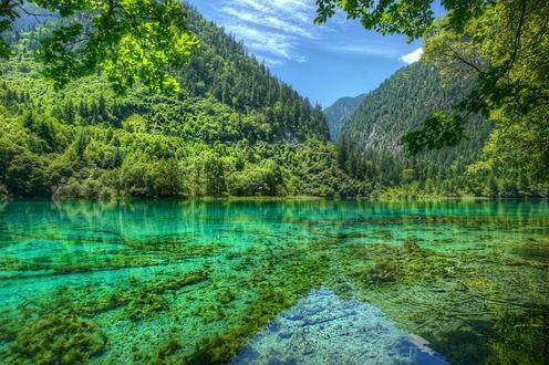 Обои Озеро среди покрытых лесами гор в Национальном парке Цзючжайгоу, провинция Сычуань, Китай / Jiuzhaigou national park, Sichuan province, China