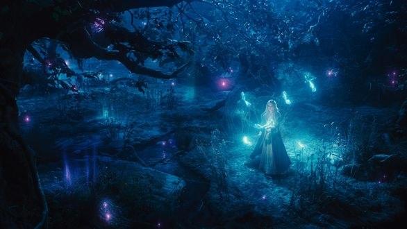 Обои Принцесса Аврора / Princess Aurora из фильма Малефисента / Maleficent окружена феями-мотыльками в волшебном лесу