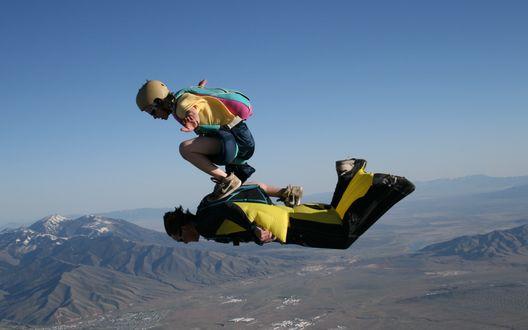 Обои Экстримальный прыжок парашутистов