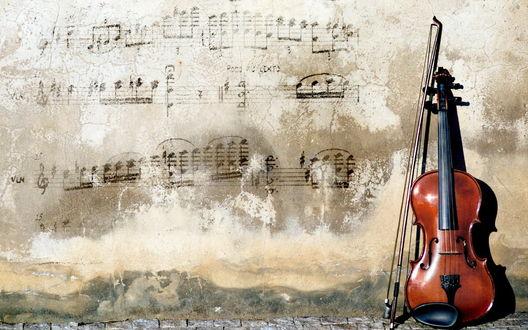 Обои Красивая скрипка лежит рядом со стертыми нотами