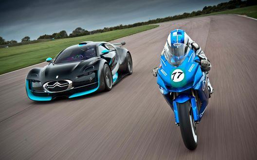 Обои Машина пытается обогнать мотоцикл