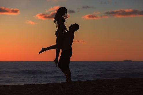 Обои Парень держит на руках девушку на фоне моря, фотограф Елена