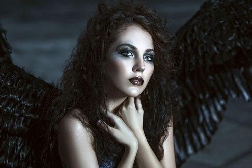 Обои Девушка-ангел с черными крыльями прижала к груди руки, Евгения Литовченко / Evgeniya Litovchenko