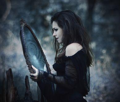 Обои Девушка держит зеркало в руках с отражением другого мира на размытом фоне природы, фотограф Марина Орлова / Marina Orlova
