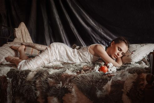 Девушка лежит в одежде фото фото 133-885
