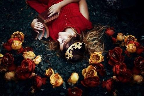 Обои Девушка с короной на голове и книгой в руках лежит среди роз, фотограф Ronny Garcia