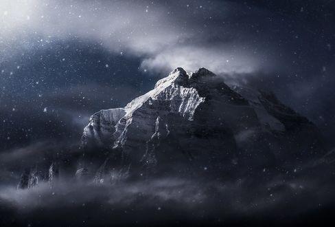 Обои Горы в облаках и под падающим снегом, фотограф Marc Adamus