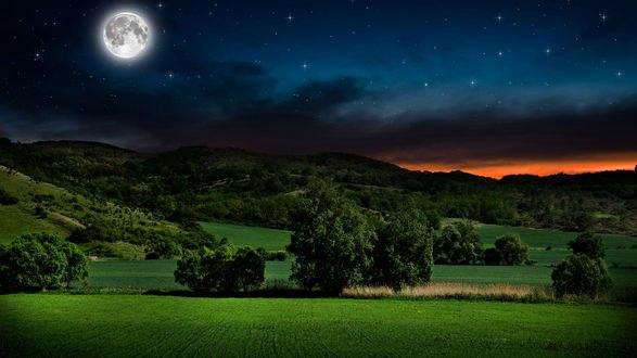 Обои Луна в ночном звездном небе на закате над горами и лесами