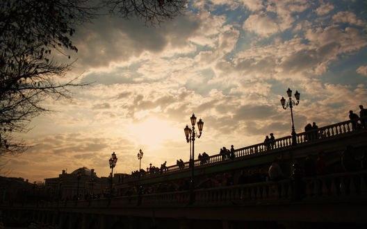 Обои Вечернее солнце в облачном небе над мостом в Александровском саду, Москва, Россия