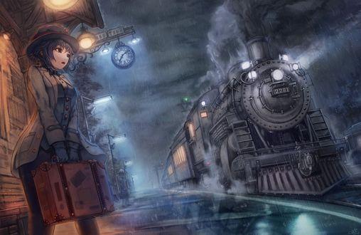 Обои Девушка в дорожном костюме с чемоданом стоит на платформе ж. д. вокзала ночью в ожидании подъезжающего поезда со старинным паровозом