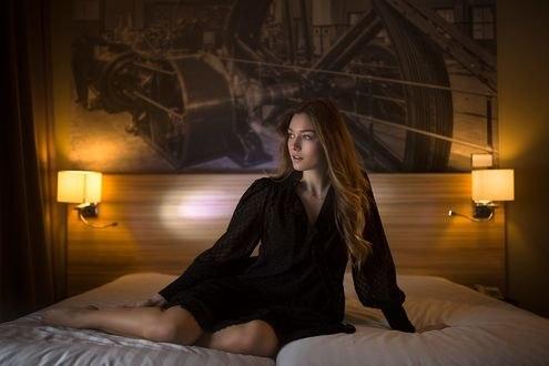 Обои Девушка сидит на кровати, фотограф Manthos Tsakiridis